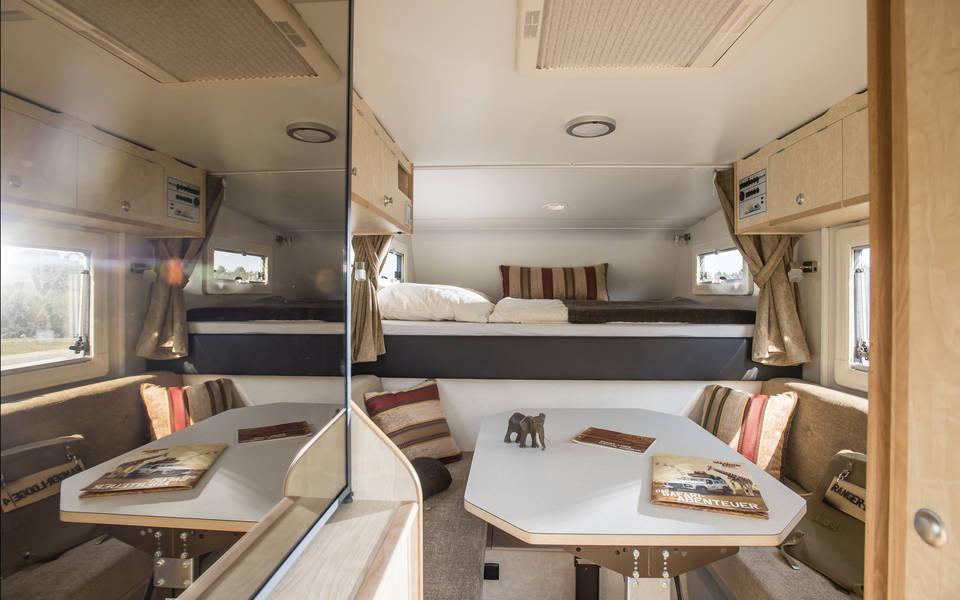 Innenausstattung einer Ranger-Lodge mit 1,65 x 1,97 m Doppelbett und Sitzecke