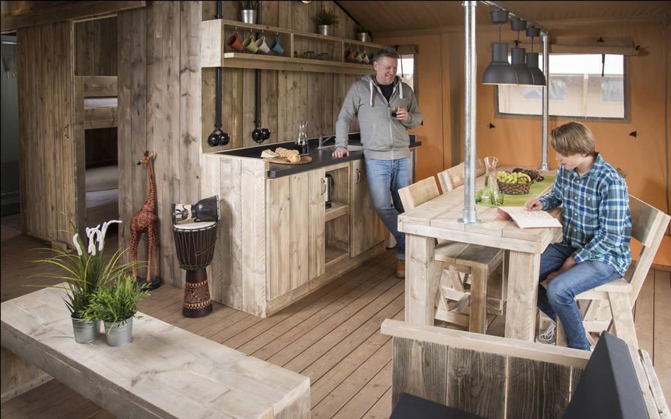 Küchenzeile und Esstisch in den großen Zelt-Lodges