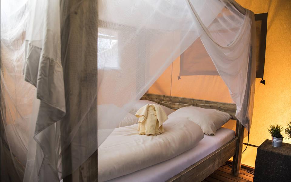 Gemütliches Doppelbett in den Zelt-Lodges