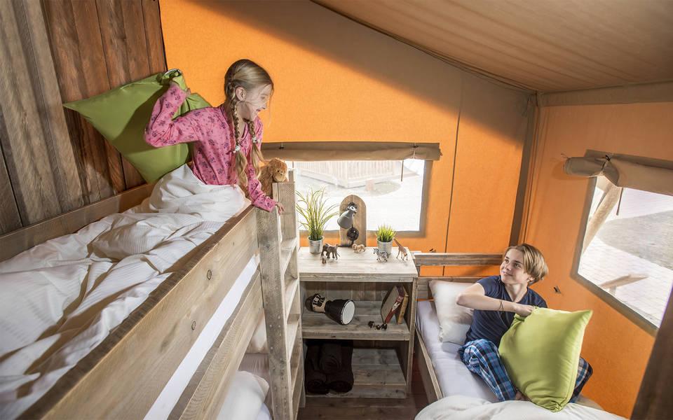 Schlafraum mit Stockbett und einem Einzelbett