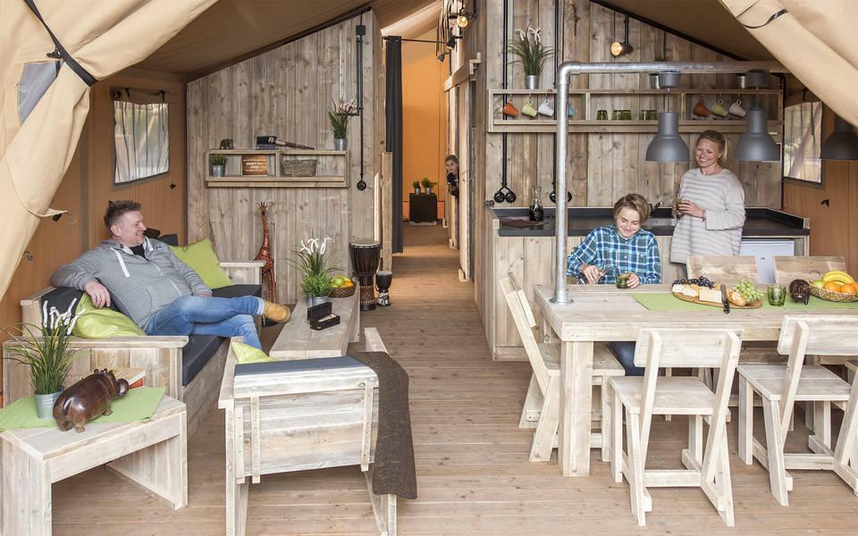 Großzügiger Wohnbereich der Zelt-Lodges